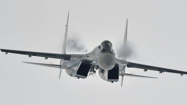 Многоцелевой сверхманевренный истребитель Су-35 во время демонстрационного полета