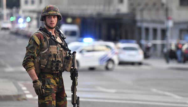 Бельгийский военнослужащий на месте взрыва на Центральном вокзале Брюсселя. Архивное фото