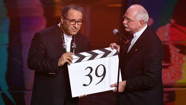Иранский режиссёр, председатель жюри основного конкурса Реза Миркарими и председатель Союза кинематографистов России, режиссер Никита Михалков (справа) на церемонии открытия 39-го Московского международного кинофестиваля в Москве