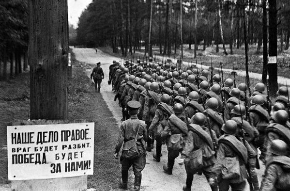 Колонны бойцов движутся на фронт. Москва. 23 июня 1941