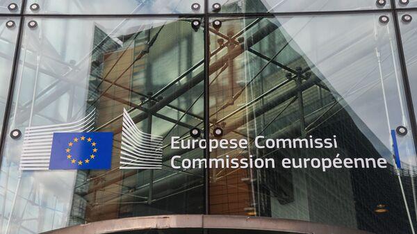 Логотип Евросоюза на здании штаб-квартиры Европейской комиссии в Брюсселе