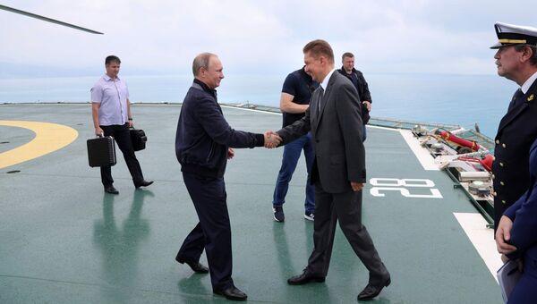 Президент РФ Владимир Путин и председатель правления ПАО Газпром Алексей Миллер на борту судна-трубоукладчика Пиониринг Спирит в Черном море. 23 июня 2017
