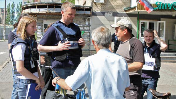 Первый заместитель главы Специальной мониторинговой миссии ОБСЕ на Украине Александр Хуг во время посещения города Ясиноватая Донецкой области. 23 июня 2017