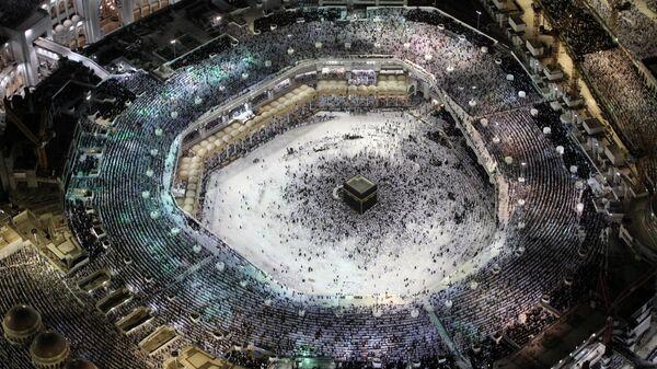 Мусульмане молятся в Великой мечети в Мекке. 23 июня 2017