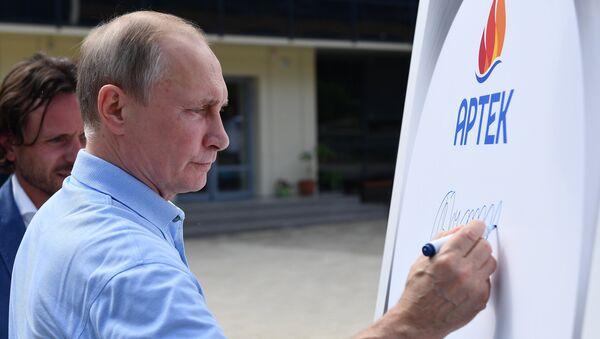 Президент РФ Владимир Путин оставляет памятную запись на плите Большой артековской аллеи во время посещения международного детского центра Артек в Крыму. 24 июня 2017