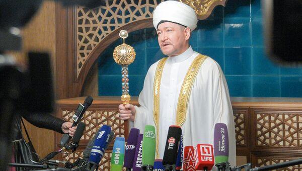 Председатель Совета муфтиев России Равиль Гайнутдин выступает перед журналистами в день праздника Ураза-байрам. 25 июня 2017