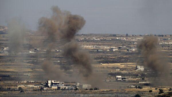 Дым в районе Голанских высот после авиаудара израильских ВВС. Архивное фото