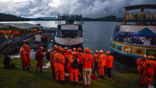 Сотрудники службы спасения перед началом поиска выживших туристов после кораблекрушении лодки в водохранилище Пенола. 25 июня 2017