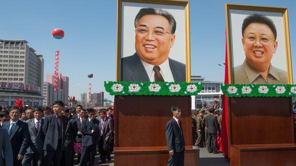 Портреты с изображениями Ким Ир Сена и Ким Чен Ира в Пхеньяне
