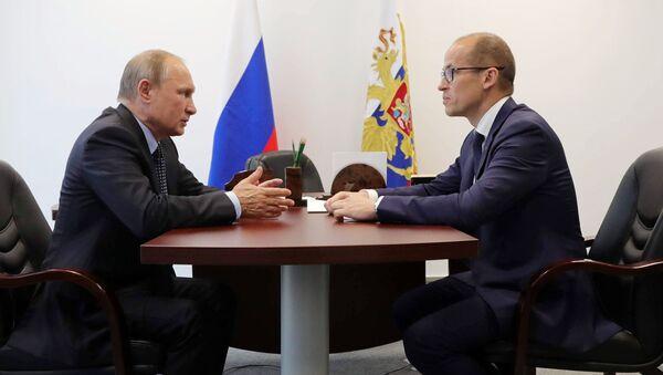 Президент РФ Владимир Путин во время беседы с временно исполняющим обязанности главы Удмуртии Александром Бречаловым. 27 июня 2017