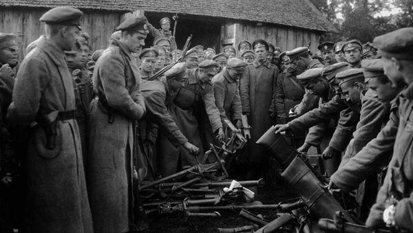 Сдача оружия войсками генерала Лавра Корнилова