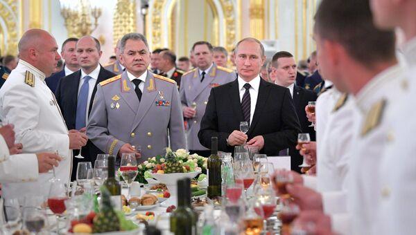 Президент РФ Владимир Путин и министр обороны РФ Сергей Шойгу во время встречи с выпускниками высших военных учебных заведений. 28 июня 2017