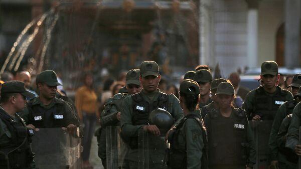 Венесуэльские военные входят в здание Национальной ассамблеи в Каракасе
