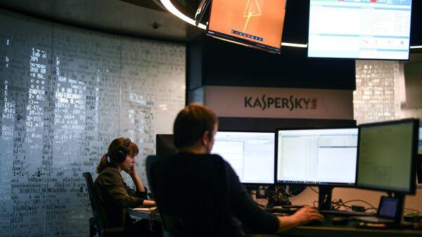 Сотрудники во время работы в компании Лаборатория Касперского. Архивное фото
