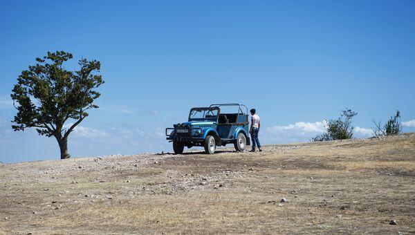 Автомобиль на верхнем плато Чуфут-Кале в Крыму. Архивное фото