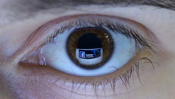 Отражение страницы социальной сети Фейсбук в глазу
