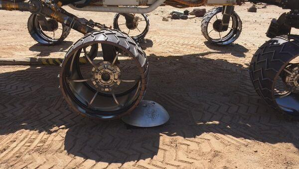 Колеса муляжа марсохода Curiosity на Земле