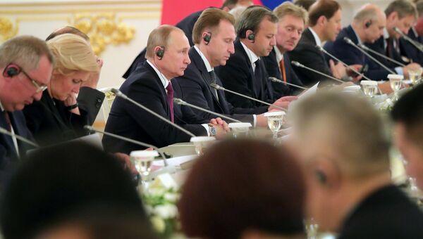 Президент РФ Владимир Путин во время российско-китайских переговоров расширенном составе. 4 июля 2017