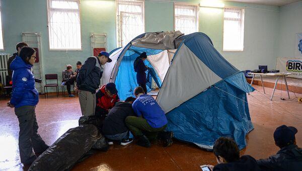 Волонтеров и поисковиков учат ставить палатки и оказывать первую помощь