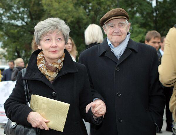 Писатель Даниил Гранин с супругой перед началом церемонии вручения премии ТЭФИ-2009