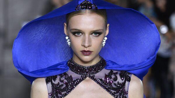 Показ коллекции Джорджа Хобейки на Неделе высокой моды сезона осень/зима 2017-2018 в Париже