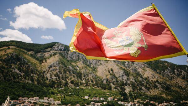 Флаг Черногории на фоне города Котор. Архивное фото