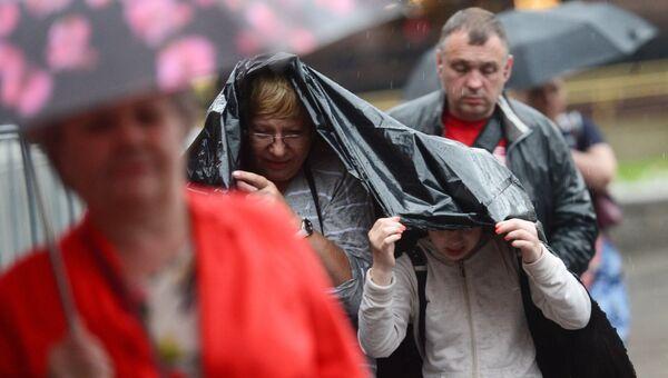 Прохожие во время дождя в Москве. Архивное фото