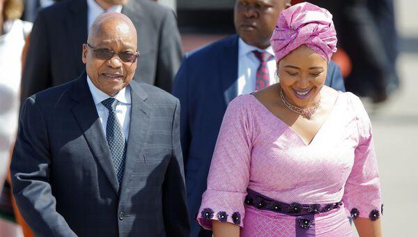Президент ЮАР Джейкоб Зума с супругой в аэропорту Гамбурга