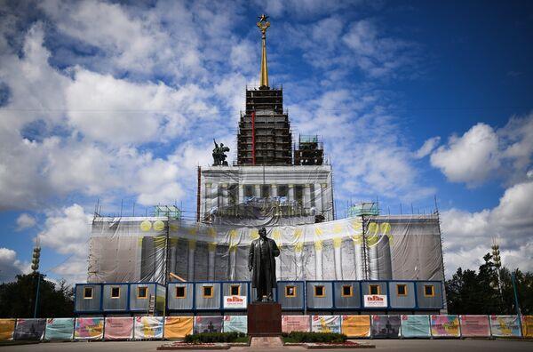 Памятник В. И. Ленину возле павильона №1 Центральный во время проведения работ по реконструкции ВДНХ