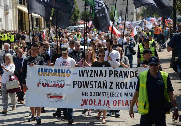 Участники во время акции памяти жертв Волынской резни в Варшаве. 9 июля 2017