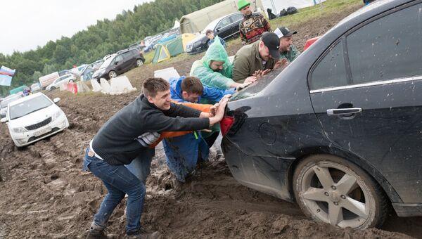 Зрители толкают машину на музыкальном фестивале Нашествие 2017 в поселке Большое Завидово в Тверской области