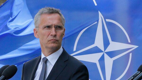 Генсек НАТО Йенс Столтенберг во время визита в Киев