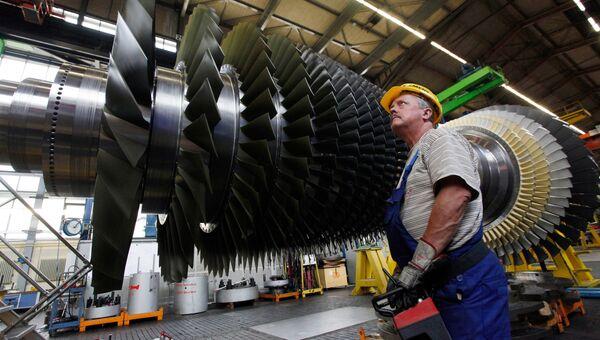 Строительство газовой турбины на заводе Siemens. Архивное фото