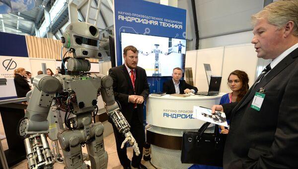 Стенд Андроидной техники в экспозиции на 8-й Международной промышленной выставке Иннопром - 2017 в международном выставочном центре Екатеринбург-ЭКСПО