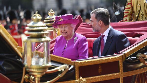 Британская королева Елизавета и испанский король Фелипе VI едут в центре Лондона. 12 июля 2017