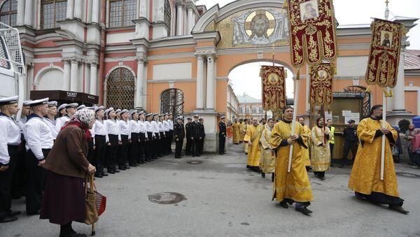 Малый крестный ход в Свято-Троицком соборе Александро-Невской лавры перед торжественной встречей мощей святителя Николая Чудотворца в Санкт-Петербурге