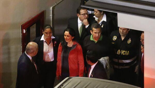 Экс-президент Перу Ольянта Умала и его супруга Надин Эредия в здании суда в Лиме. Архивное фото