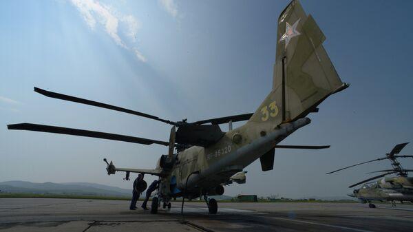 Вертолеты Ка-52 Аллигатор во время учений отдельного вертолетного полка на аэродроме Черниговка в Приморском крае