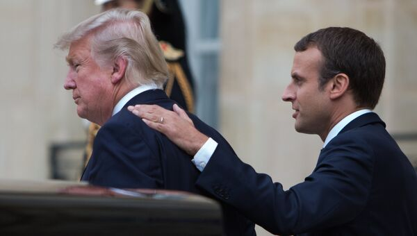 Президент США Дональд Трамп и президент Франции Эммануэль Макрон во время встречи в Париже. 13 июля 2017