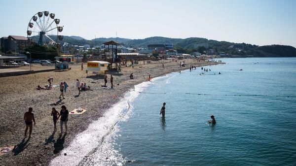 Отдыхающие на пляже в поселке Лермонтово Краснодарского края. Архивное фото