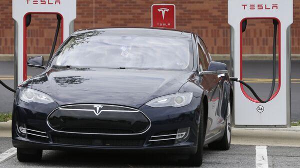 Автомобиль Tesla во время зарядки