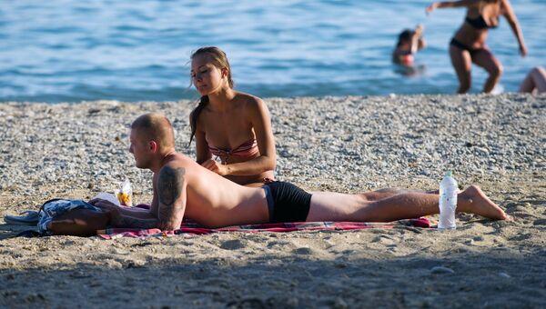 Отдыхающие на Яшмовом пляже в Севастополе