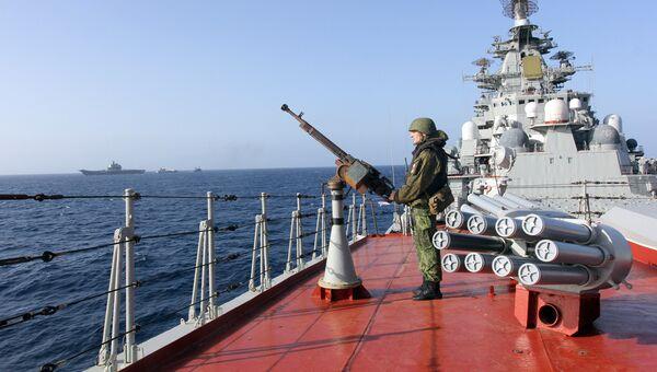 Военнослужащий на палубе тяжелого атомного ракетного крейсера Петр Великий
