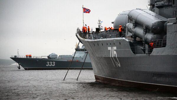 Корвет проекта 20380 Совершенный и эскадренный миноносец Быстрый в акватории Владивостока