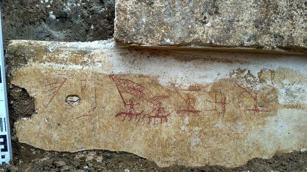 Схематические рисунки, нанесенные на штукатурку охрой и сажей, предположительно в III–V вв. н.э., найденные при раскопках кургана Госпитальный в Керчи