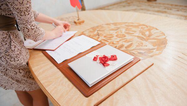 Церемония регистрации брака в ЗАГСе. Архивное фото