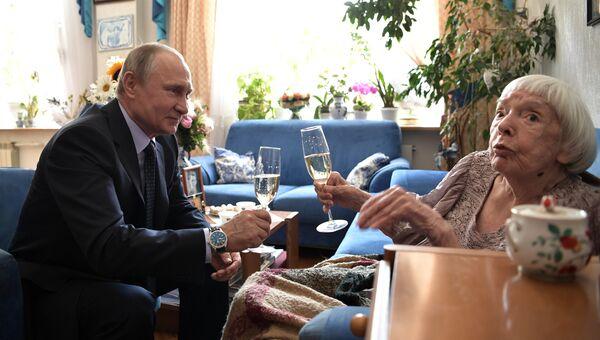 Владимир Путин поздравляет с 90-летием правозащитника Людмилу Алексееву. 20 июля 2017
