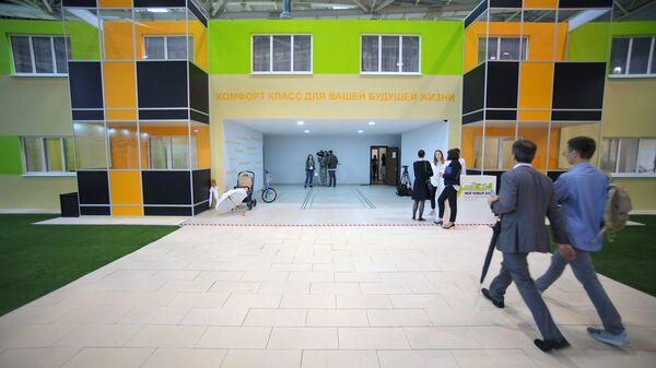 Стенд с шоу-румом квартир, предлагаемых москвичам в рамках программы реновации