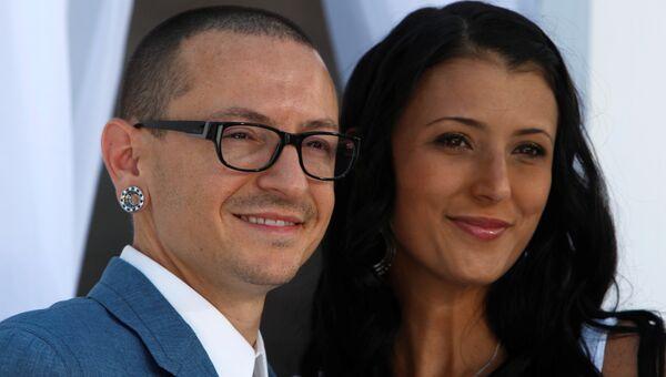 Участник американской группы Linkin Park Честер Беннингтон с супругой Талиндой на церемонии Billboard Music Awards 2012 в Лас-Вегасе