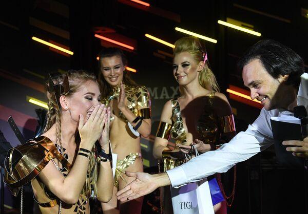 Победительница финального ежегодного всероссийского конкурса Miss Maxim 2017 Екатерина Котаро (Шадринск) и главный редактор журнала Maxim Александр Маленков